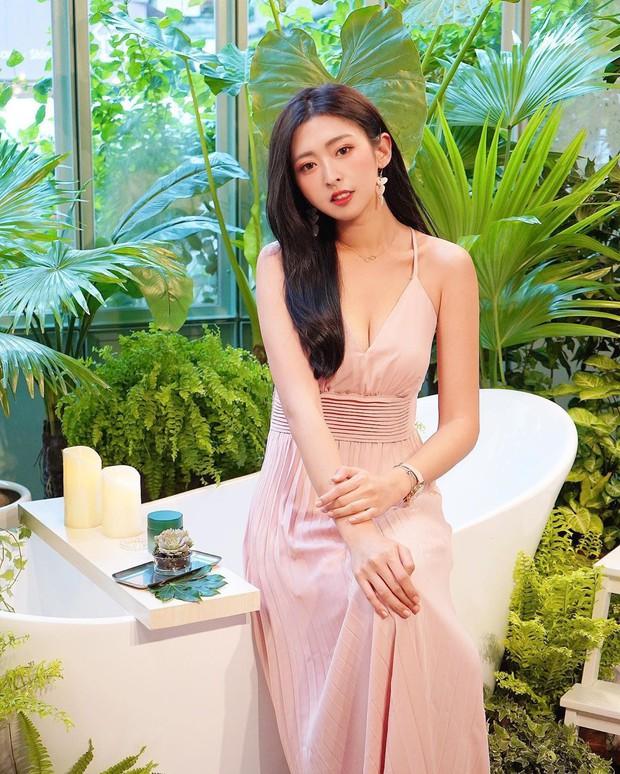 Cũng giống nhiều cô nàng, Đàm Thu Trang thích một dáng váy là sắm liền 2 chiếc nhìn chẳng khác nhau là mấy - Ảnh 5.