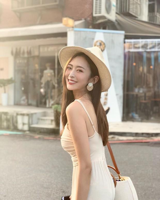 Cũng giống nhiều cô nàng, Đàm Thu Trang thích một dáng váy là sắm liền 2 chiếc nhìn chẳng khác nhau là mấy - Ảnh 8.