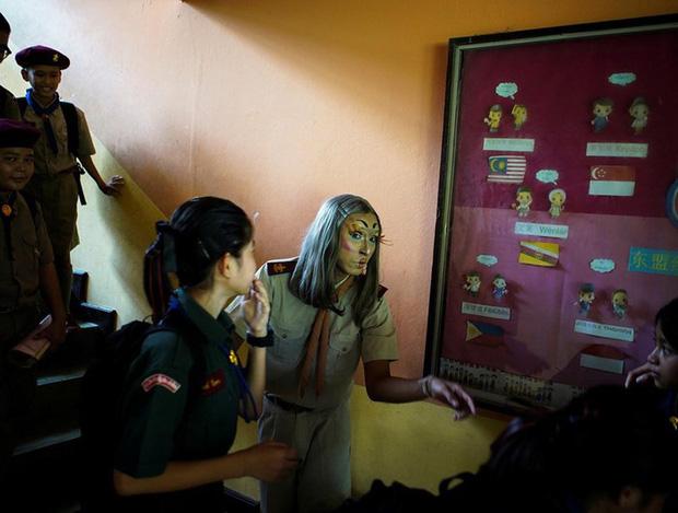 Để học sinh có hứng học hơn, thầy giáo đã đội tóc giả, make up hoá thân thành Lisa (BLACKPINK) mỗi ngày đến trường - Ảnh 3.