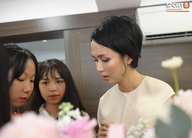 Dàn cầu thủ Hà Nội FC bảnh bao đổ bộ cửa hàng mới của bạn gái Duy Mạnh và bà xã Văn Quyết - Ảnh 14.