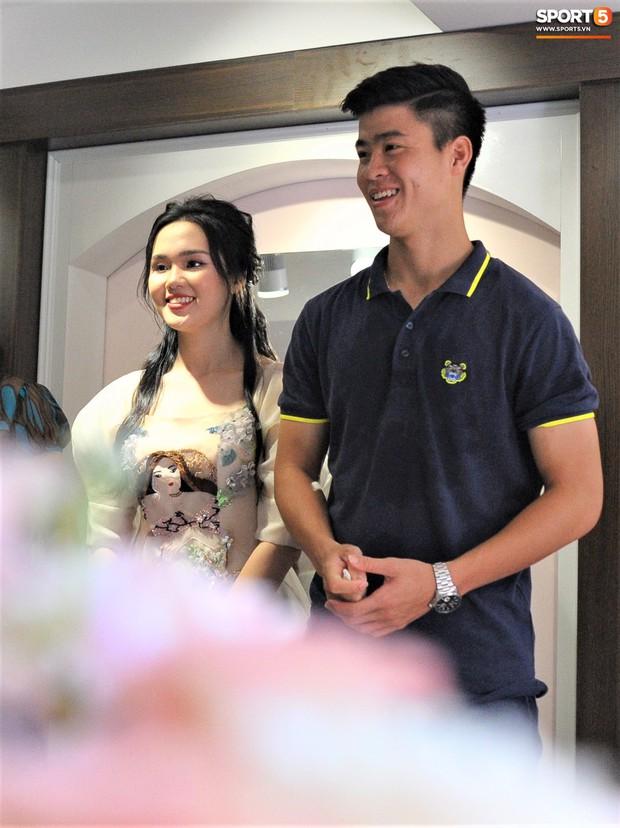 Dàn cầu thủ Hà Nội FC bảnh bao đổ bộ cửa hàng mới của bạn gái Duy Mạnh và bà xã Văn Quyết - Ảnh 15.