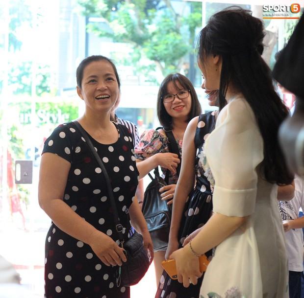 Dàn cầu thủ Hà Nội FC bảnh bao đổ bộ cửa hàng mới của bạn gái Duy Mạnh và bà xã Văn Quyết - Ảnh 11.
