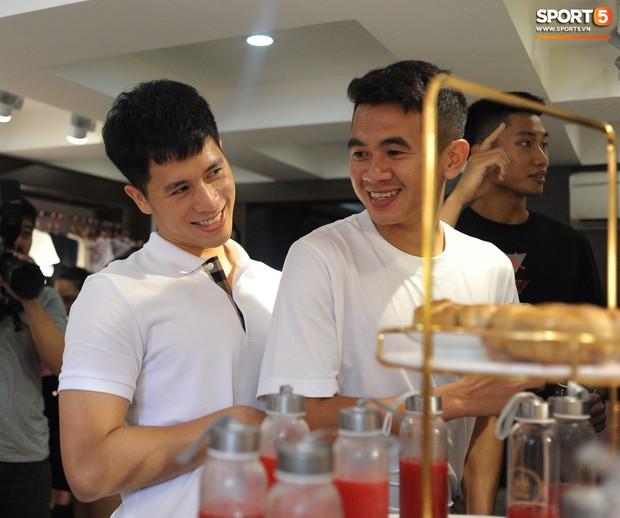 Dàn cầu thủ Hà Nội FC bảnh bao đổ bộ cửa hàng mới của bạn gái Duy Mạnh và bà xã Văn Quyết - Ảnh 6.