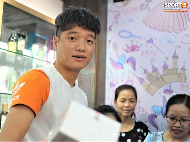 Dàn cầu thủ Hà Nội FC bảnh bao đổ bộ cửa hàng mới của bạn gái Duy Mạnh và bà xã Văn Quyết - Ảnh 9.