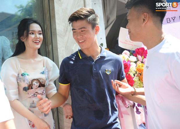 Dàn cầu thủ Hà Nội FC bảnh bao đổ bộ cửa hàng mới của bạn gái Duy Mạnh và bà xã Văn Quyết - Ảnh 7.