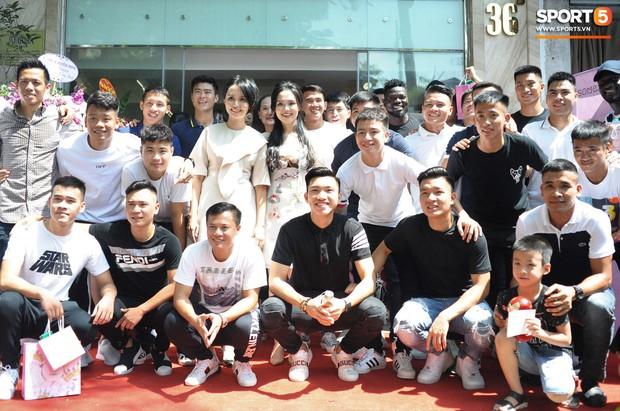 Dàn cầu thủ Hà Nội FC bảnh bao đổ bộ cửa hàng mới của bạn gái Duy Mạnh và bà xã Văn Quyết - Ảnh 3.