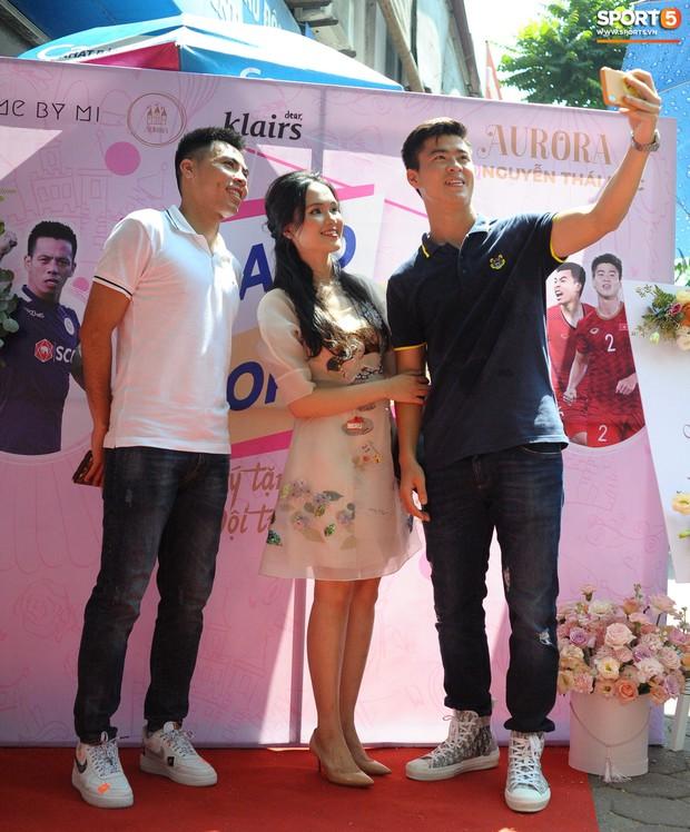 Dàn cầu thủ Hà Nội FC bảnh bao đổ bộ cửa hàng mới của bạn gái Duy Mạnh và bà xã Văn Quyết - Ảnh 2.