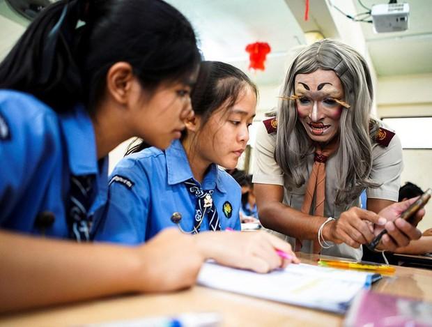 Để học sinh có hứng học hơn, thầy giáo đã đội tóc giả, make up hoá thân thành Lisa (BLACKPINK) mỗi ngày đến trường - Ảnh 2.
