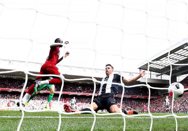 Gạt bỏ hục hặc, cặp đôi Salah - Mane tỏa sáng giúp Liverpool ngược dòng đánh bại Newcastle để tiếp tục bay cao trên ngôi đầu Ngoại hạng Anh - Ảnh 5.