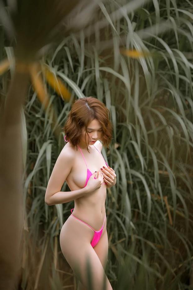 Ngọc Trinh lại gây sốc với khoảnh khắc diện bikini nhỏ xíu, che như không che vòng 1 tiếp nối seri đi du lịch ở Bali - Ảnh 1.
