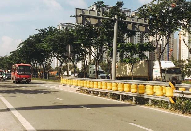 Ảnh, clip: Cận cảnh hộ lan bánh xoay chống lật xe đầu tiên ở Sài Gòn trị giá gần 1 tỉ đồng - Ảnh 3.