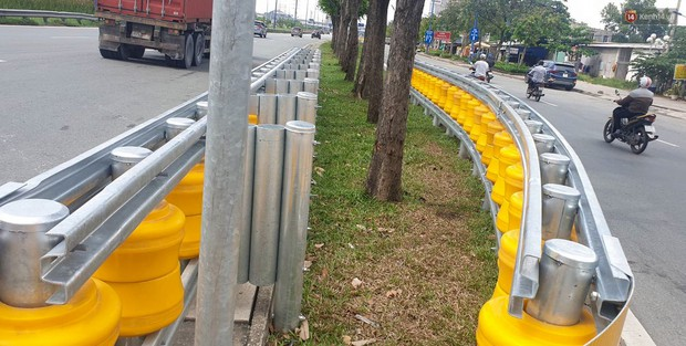 Ảnh, clip: Cận cảnh hộ lan bánh xoay chống lật xe đầu tiên ở Sài Gòn trị giá gần 1 tỉ đồng - Ảnh 5.