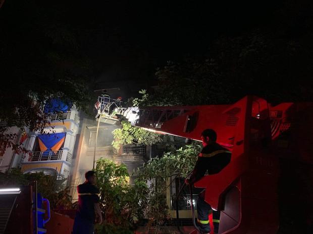 Hà Nội: Cháy lớn tại căn nhà liền kề 4 tầng trong khu đô thị Xa La, gia đình 4 người may mắn thoát ra kịp thời - Ảnh 6.