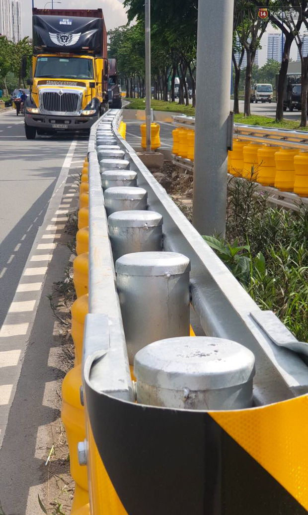Ảnh, clip: Cận cảnh hộ lan bánh xoay chống lật xe đầu tiên ở Sài Gòn trị giá gần 1 tỉ đồng - Ảnh 7.
