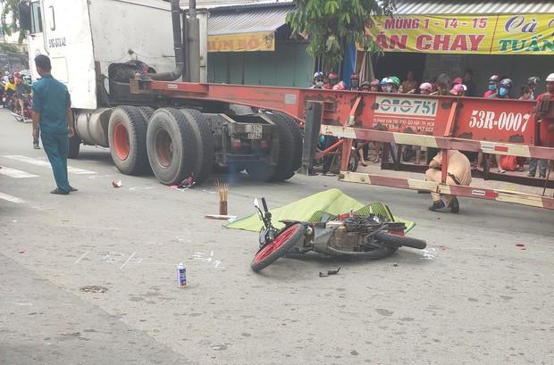 Chồng hoảng loạn, ngồi khóc nghẹn cạnh thi thể vợ bị xe container cán tử vong ở Sài Gòn - Ảnh 1.