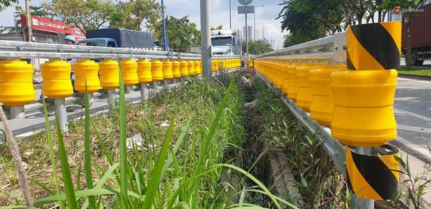 Ảnh, clip: Cận cảnh hộ lan bánh xoay chống lật xe đầu tiên ở Sài Gòn trị giá gần 1 tỉ đồng - Ảnh 4.