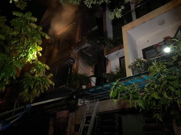 Hà Nội: Cháy lớn tại căn nhà liền kề 4 tầng trong khu đô thị Xa La, gia đình 4 người may mắn thoát ra kịp thời - Ảnh 3.