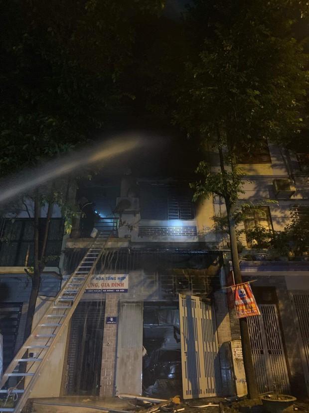 Hà Nội: Cháy lớn tại căn nhà liền kề 4 tầng trong khu đô thị Xa La, gia đình 4 người may mắn thoát ra kịp thời - Ảnh 5.