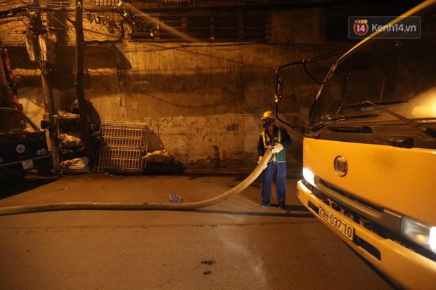 Trắng đêm hút bùn, khơi thông cống ngầm xung quanh nhà máy Rạng Đông - Ảnh 9.