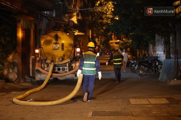 Trắng đêm hút bùn, khơi thông cống ngầm xung quanh nhà máy Rạng Đông - Ảnh 10.