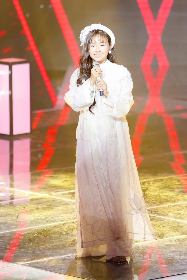 Giọng hát Việt nhí: Thần đồng Bolero Khánh An khiến các giám khảo tranh cãi nảy lửa về chuyện hát sao cho đúng - Ảnh 2.