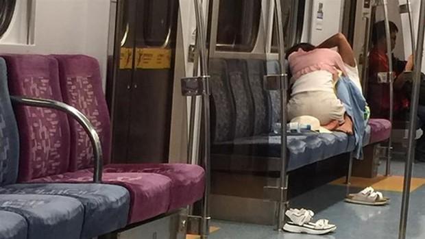 Cặp đôi thản nhiên đóng phim tình cảm trên tàu điện ngầm đông người nhưng cư dân mạng lại bày tỏ phản ứng không ngờ - Ảnh 1.