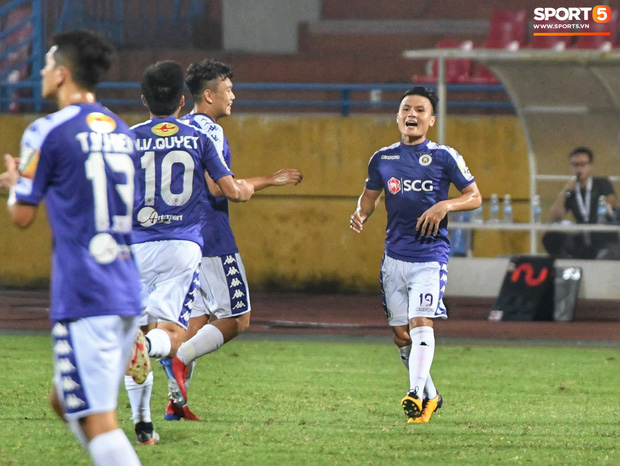 Trợ lý CLB Hà Nội tiết lộ cách xốc lại tinh thần cho cầu thủ: Các bạn có nghe thấy tiếng của CĐV ngoài kia không, hãy đền đáp họ đi  - Ảnh 2.