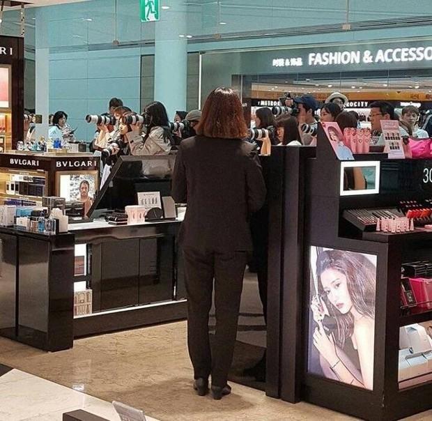 Bị fan chèn bẹp ngoài sân bay chưa là gì, nhìn cảnh tượng idol Kpop phải đối mặt bên trong mới rùng mình - Ảnh 6.