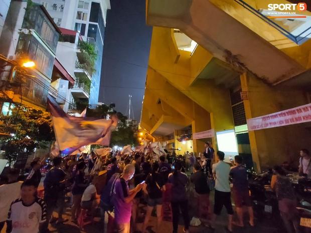 Hàng Đẫy bị treo sân, CĐV Hà Nội vẫn có cách tiếp lửa trận đấu đầy tình yêu và đam mê thế này - Ảnh 1.