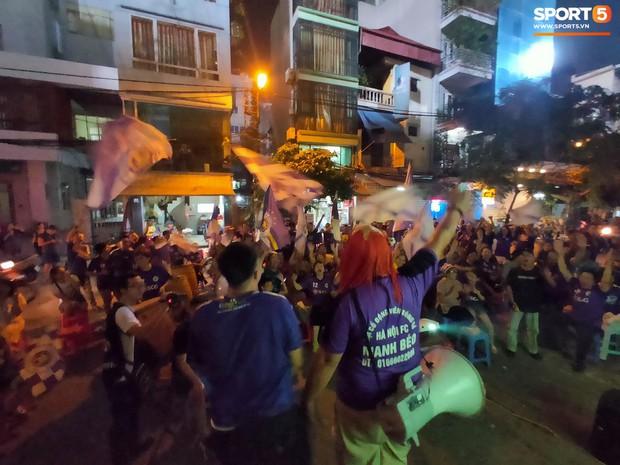 Hàng Đẫy bị treo sân, CĐV Hà Nội vẫn có cách tiếp lửa trận đấu đầy tình yêu và đam mê thế này - Ảnh 9.