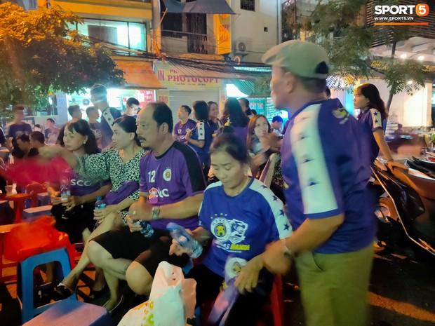 Hàng Đẫy bị treo sân, CĐV Hà Nội vẫn có cách tiếp lửa trận đấu đầy tình yêu và đam mê thế này - Ảnh 7.