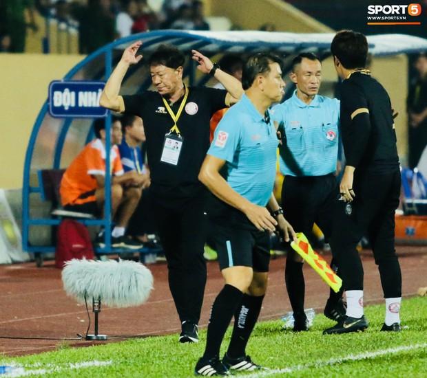 HLV Hàn Quốc phản ứng dữ dội với trọng tài V.League trong trận Nam Định cầm hòa TP. Hồ Chí Minh - Ảnh 4.