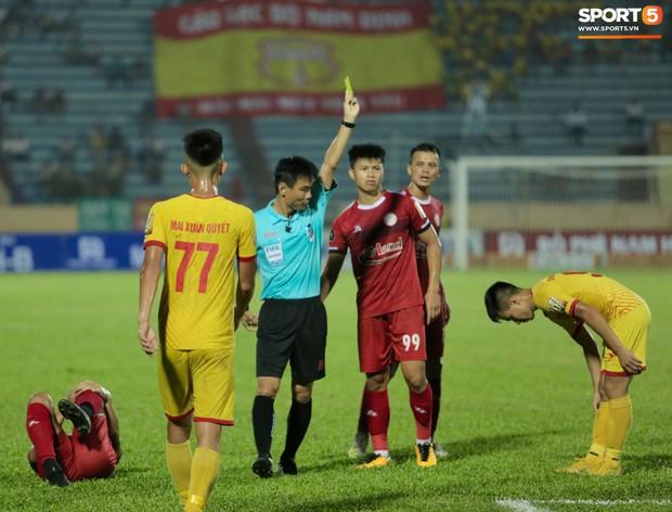 HLV Hàn Quốc phản ứng dữ dội với trọng tài V.League trong trận Nam Định cầm hòa TP. Hồ Chí Minh - Ảnh 9.