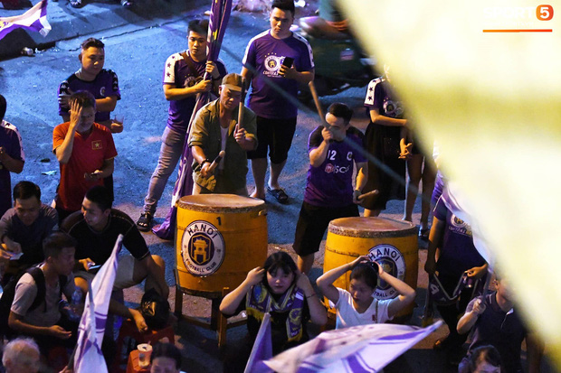 Hàng Đẫy bị treo sân, CĐV Hà Nội vẫn có cách tiếp lửa trận đấu đầy tình yêu và đam mê thế này - Ảnh 3.