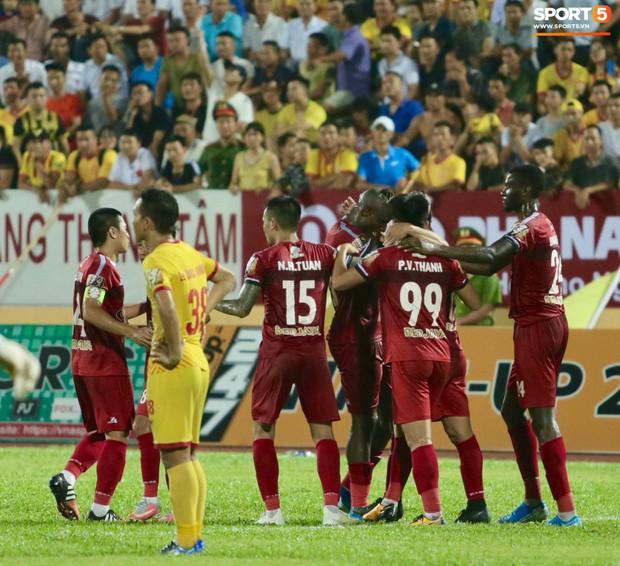 HLV Hàn Quốc phản ứng dữ dội với trọng tài V.League trong trận Nam Định cầm hòa TP. Hồ Chí Minh - Ảnh 13.