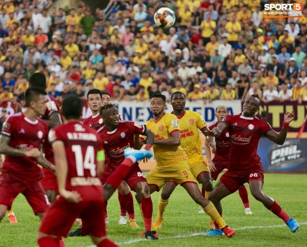 HLV Hàn Quốc phản ứng dữ dội với trọng tài V.League trong trận Nam Định cầm hòa TP. Hồ Chí Minh - Ảnh 11.