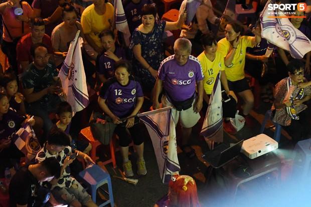 Hàng Đẫy bị treo sân, CĐV Hà Nội vẫn có cách tiếp lửa trận đấu đầy tình yêu và đam mê thế này - Ảnh 4.