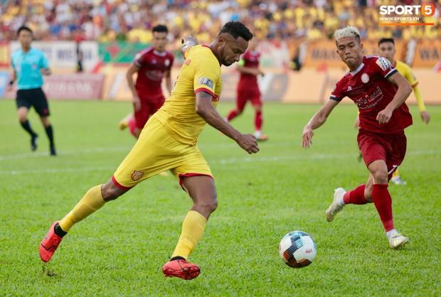 HLV Hàn Quốc phản ứng dữ dội với trọng tài V.League trong trận Nam Định cầm hòa TP. Hồ Chí Minh - Ảnh 1.