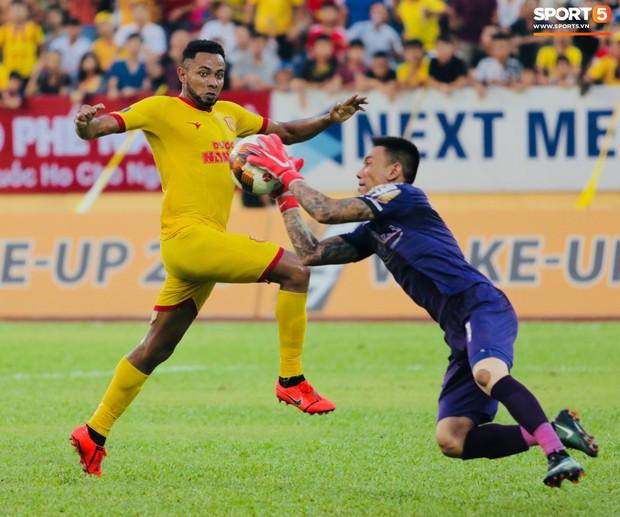 HLV Hàn Quốc phản ứng dữ dội với trọng tài V.League trong trận Nam Định cầm hòa TP. Hồ Chí Minh - Ảnh 2.