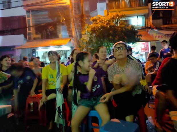 Hàng Đẫy bị treo sân, CĐV Hà Nội vẫn có cách tiếp lửa trận đấu đầy tình yêu và đam mê thế này - Ảnh 6.