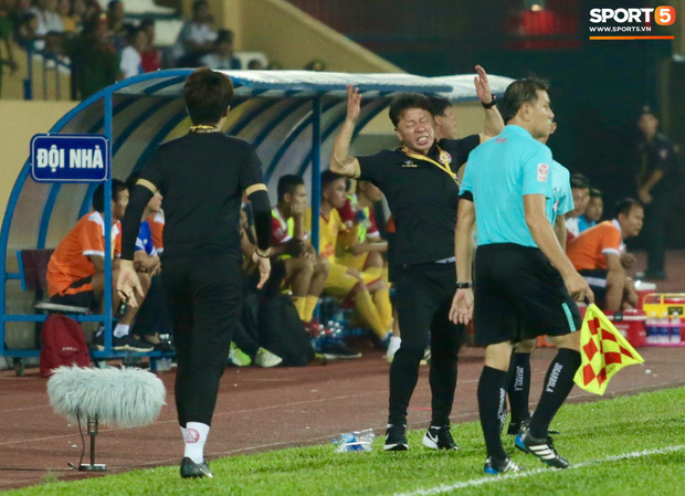 HLV Hàn Quốc phản ứng dữ dội với trọng tài V.League trong trận Nam Định cầm hòa TP. Hồ Chí Minh - Ảnh 3.