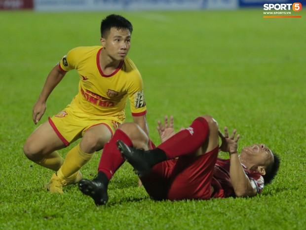 HLV Hàn Quốc phản ứng dữ dội với trọng tài V.League trong trận Nam Định cầm hòa TP. Hồ Chí Minh - Ảnh 8.