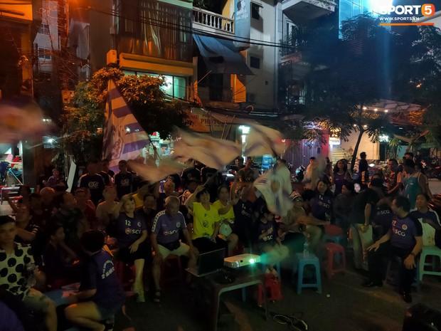 Hàng Đẫy bị treo sân, CĐV Hà Nội vẫn có cách tiếp lửa trận đấu đầy tình yêu và đam mê thế này - Ảnh 8.