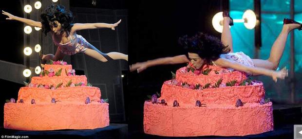Những cú trượt ngã để đời của sao US-UK trên sân khấu: Taylor Swift, Ariana Grande, Lady Gaga,... đồng loạt có mặt! - Ảnh 4.