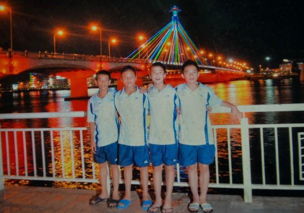 Ngắm loạt ảnh thời đi học của dàn cầu thủ đội tuyển Việt Nam: Ai cũng nhìn cực ngố tàu, riêng Xuân Trường gây bất ngờ với thành tích học tập khủng - Ảnh 3.