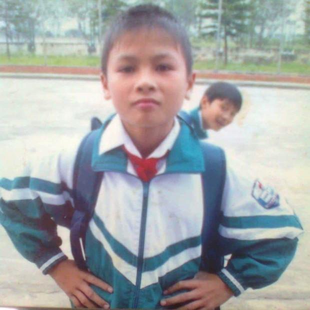 Phát hiện thú vị: Quang Hải năm 11 tuổi mặc riêng một màu áo, ngồi lạc lõng giữa lứa đàn anh 1995 ở HAGL - Ảnh 2.