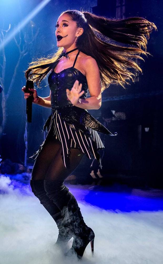 Những cú trượt ngã để đời của sao US-UK trên sân khấu: Taylor Swift, Ariana Grande, Lady Gaga,... đồng loạt có mặt! - Ảnh 7.