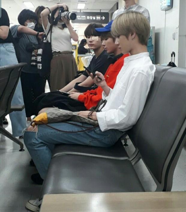 Bị fan chèn bẹp ngoài sân bay chưa là gì, nhìn cảnh tượng idol Kpop phải đối mặt bên trong mới rùng mình - Ảnh 2.
