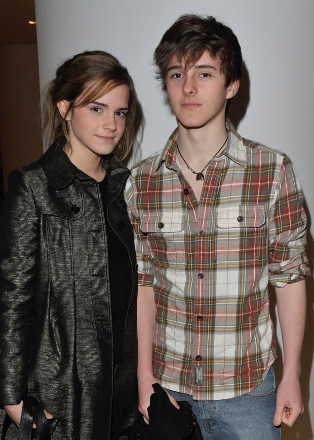 Màn dậy thì ngoạn mục của em trai Emma Watson bỗng hot trở lại: Nam thần ngày càng đẹp không lối thoát! - Ảnh 2.