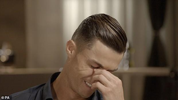 Ronaldo rơi lệ khi lần đầu tiên được nghe những lời khen của ông bố đã mất - Ảnh 1.
